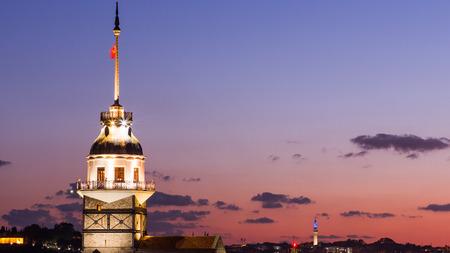 夜にイスタンブールのボスポラス海峡に浮かぶ観光船を持つメイデンタワーまたはキズ・クレシ 写真素材