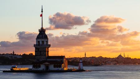 日没時にイスタンブールのボスポラス海峡に浮かぶ観光船を持つメイデンタワーまたはキズ・クレシ