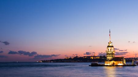 乙女の塔や夜のイスタンブールのボスポラス海峡の観光船を浮動マンデーキッズ クレシ