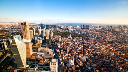 Dachspitzenansicht des Istanbul-Geschäftsgebiets und des goldenen Horns Standard-Bild - 91204571
