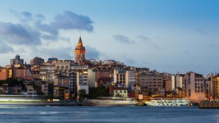 ボスポラス海峡のガラタタワーと浮遊観光船でイスタンブールの街並み 写真素材 - 91334454