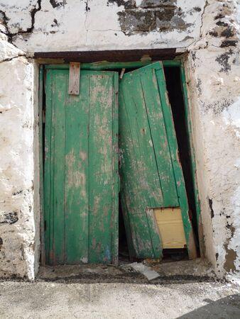 puerta verde: Old roto descamaci�n puerta verde en la pared blanca Fuerteventura, Islas Canarias, Espa�a Foto de archivo