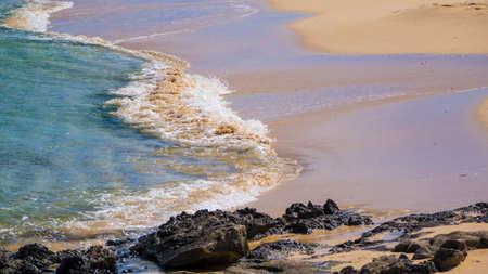 mare agitato: Mare agitato sulla sabbia dorata della spiaggia di Corralejo Fuerteventura Isole Canarie Spagna Archivio Fotografico