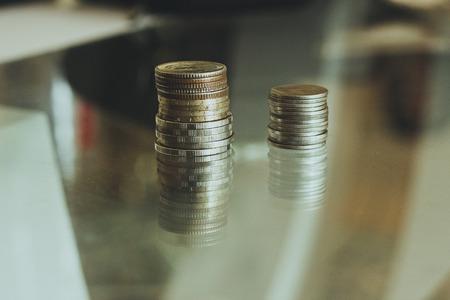 monedas y billetes. Efectivo europeo, monedas apiladas en forma de columnas. Foto de archivo