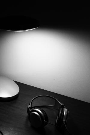 headphones on desk Banco de Imagens