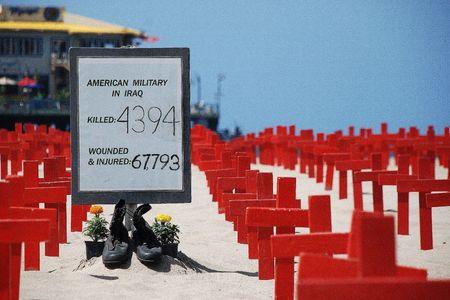 memorial cross: Santa Monica Beach, California, el 2 de mayo de 2010: cruces en Arlington West por veteranos por la paz