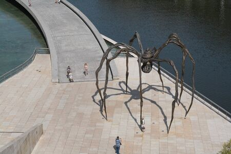 Top view of the spider sculpture maman from Bourgeois artist in Bilbao, Spain 에디토리얼