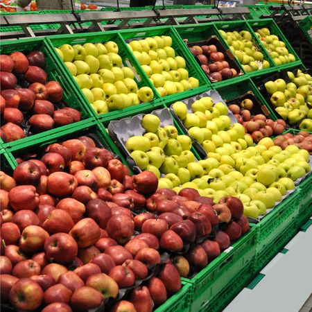 supermarket shelves: Red and green apple fruits in a supermarket