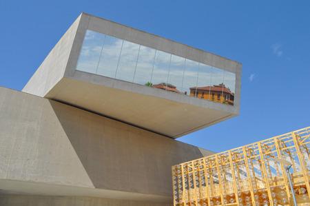 ROMA, Italia - 24 de junio 2014: El Maxxi Museo delle arti del XXI nazionale secolo significa Museo Nacional de las Artes del Siglo 21 es un museo nacional de arte contemporáneo diseñado por el arquitecto británico Zaha Hadid en 2010 Editorial