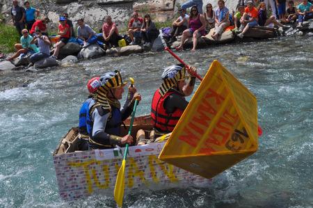 dora: CESANA, Italia - el 06 de julio 2014: Carton Rapid Race es una competici�n deportiva de aficionados a los buques hechos de cardobard en el r�o Dora Riparia