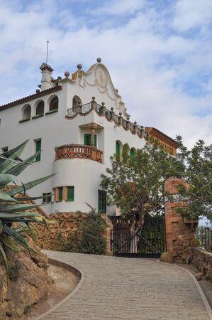 architectonic: BARCELONA, Spanje - 15 februari 2015: Het Park Guell aka Parc Guell is een openbaar park systeem van tuinen en architectonische elementen gelegen op Carmel Hill ontworpen door de Catalaanse architect Antoni Gaudi Redactioneel