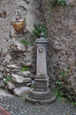 tomando agua: Fuente vieja para el agua potable