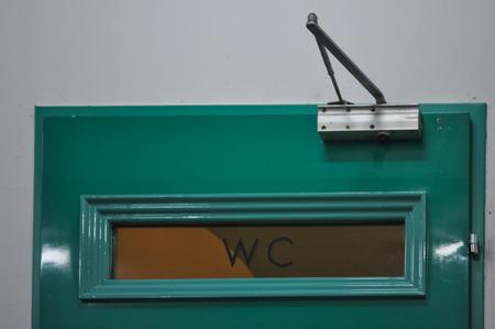 wc: WC-Zeichen an einer Tür Lizenzfreie Bilder