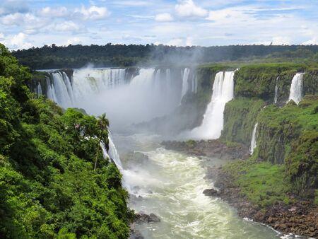 Foz do Iguassu, Parana, Brasilien, 7. Februar 2019, Blick auf die Iguazú-Wasserfälle in der Ferne, mit Nebel von Wasserfällen, einem Teil des Flusses und des Waldes. Editorial