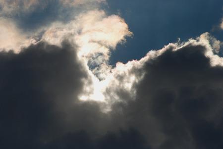 Pesanti nuvole nere nel cielo blu e di sole