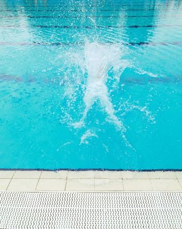 piscina olimpica: Despu�s de nadador saltar a la piscina de bienvenida  Foto de archivo