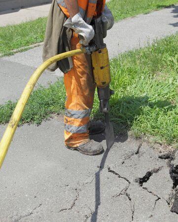 Pre�lufthammer: Arbeitnehmer am Standort arbeiten mit pneumatischen Plugger hammer
