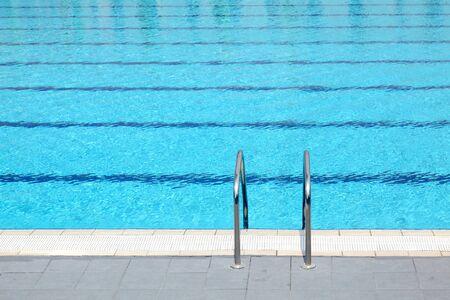 piscina olimpica: Detalle de la piscina ol�mpica de aire libre  Foto de archivo