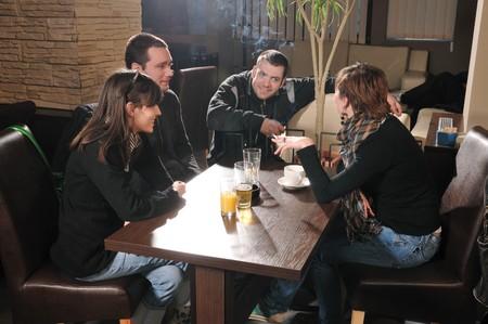 chica fumando: Sentado en un caf� y hablar a los j�venes
