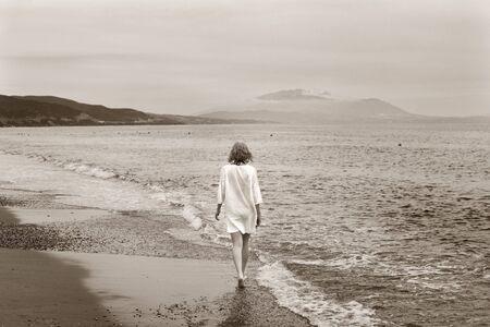 marcheur: Jeunes femmes de race blanche marcher sur une plage