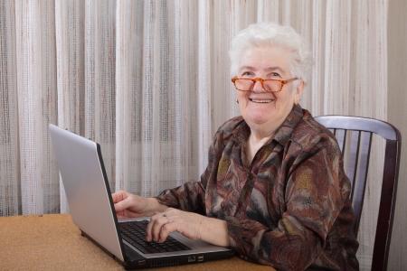 senior ordinateur: Portrait d'une femme ?g?e de travail ? l'ordinateur