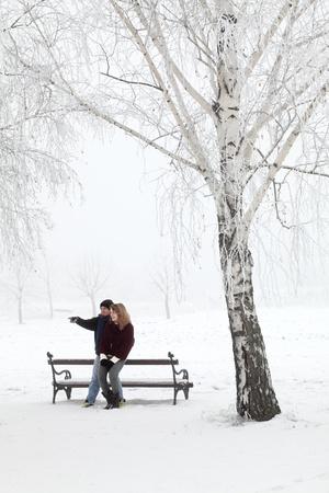 pareja de adolescentes: Pareja adolescente que se divierten en la nieve en el Parque Foto de archivo