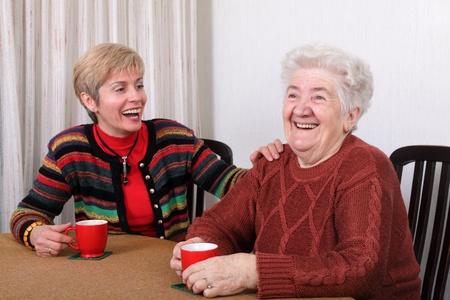 Senior und Reife Frauen trinken Caffee und lachen