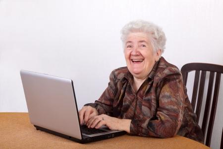 abuela: Retrato de mujer senior riendo trabaja en equipo Foto de archivo