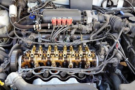 Nahaufnahme von PKW-Benzinmotor, umgewandelt drei Ventile pro Zylinder LPG-System Standard-Bild