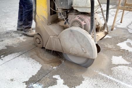 Asfalt of beton snijden met zaagblad Stockfoto - 20925086