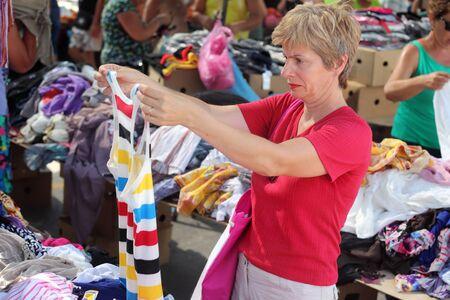 tr�delmarkt: Mitte der erwachsenen Frau Einkaufen bei Flohmarkt, echte Menschen keine Retusche