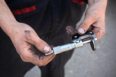 metro de medir: Placa de ajuste de la válvula de coches de medición con la herramienta micrómetro
