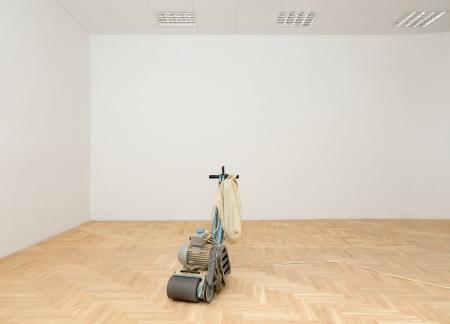 Máquina para el pulido suelo de parquet, rectificado en habitación renovada Foto de archivo