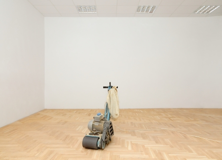 Machine for parquet floor polishing, grinding  in renovated room Standard-Bild