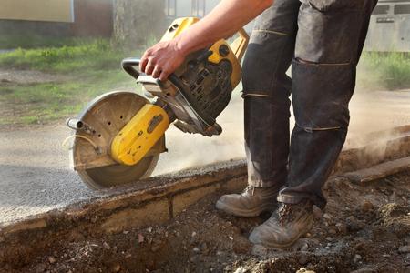 Asfalt of beton snijden met zaagblad op bouwplaats