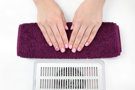 uñas pintadas: Tratamiento uña del dedo, las manos con las uñas pintadas Foto de archivo