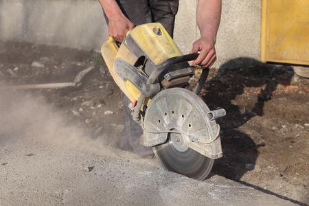 Asphalte ou de béton coupe avec une lame de scie au chantier de construction Banque d'images - 33647213