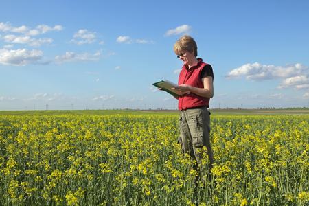 agricultor: Mujer calidad experto agr�cola o agricultor inspecci�n de violaci�n aceite Foto de archivo