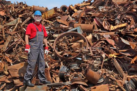 ferraille: Travailleur debout au tas de ferraille prêt pour le recyclage Banque d'images