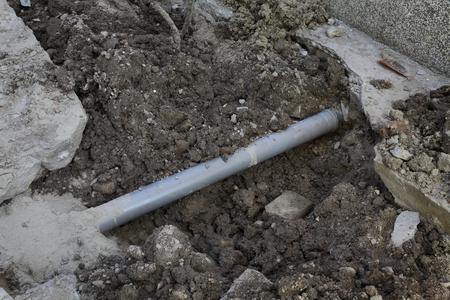 Ristrutturazione casa, tubo fognario rotto sostituire, riparare al cantiere
