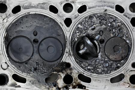Culata del motor del coche con la válvula rota, construcción de dos válvulas