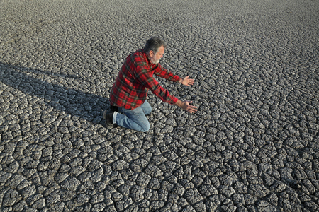 Resultado de imagen para imagenes de personas orando en medio de un desastre
