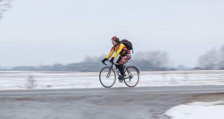panning shot: Klimovsk, regione di Mosca, Russia - 4 aprile 2015: Mosca ciclismo Club evento Caravan - brevetto 200 chilometri (randonneuring, Audax). L'uomo in sella alla sua bici, panning.