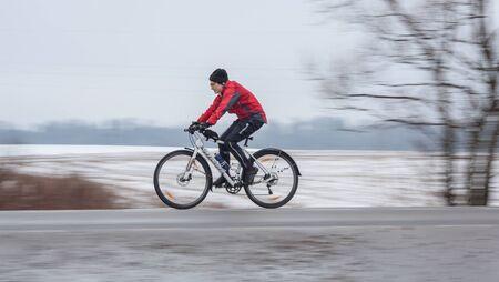 panning shot: Klimovsk, regione di Mosca, Russia - 4 aprile 2015: Mosca ciclismo Club evento Caravan - brevetto 200 chilometri (randonneuring, Audax). Donna in sella alla sua bici, panning.