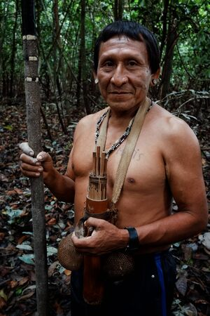 Atalaia du Norde, Amazonia / Brazil - FEB 02 2016:Tribal elder Binan Tukum hunting with his son for monkeys in the rainforest Éditoriale