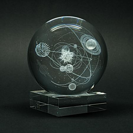 engraver: Pianeti Incisione laser del sistema solare all'interno del vetro su sfondo nero. Archivio Fotografico