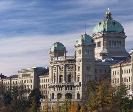 Le Parlement suisse bâtiment Palais fédéral, à Berne Vue de côté tourné à l'automne avec les arbres jaunes au premier plan
