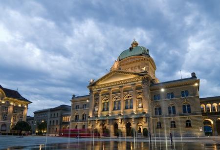 Vue de face du Palais Fédéral de la Suisse sur une soirée pluvieuse