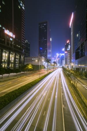 trails of lights: Hong Kong luci della citt� di notte sentieri di luce di passare automobili e insegne al neon illuminano la metropoli non dorme mai