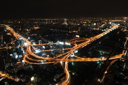 밤에 바쁜 큰 도시 고속도로의 공중보기 t